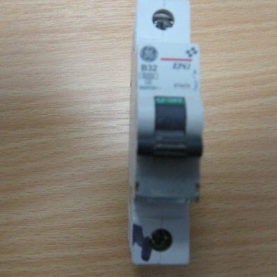 GE Circuit Breaker B32